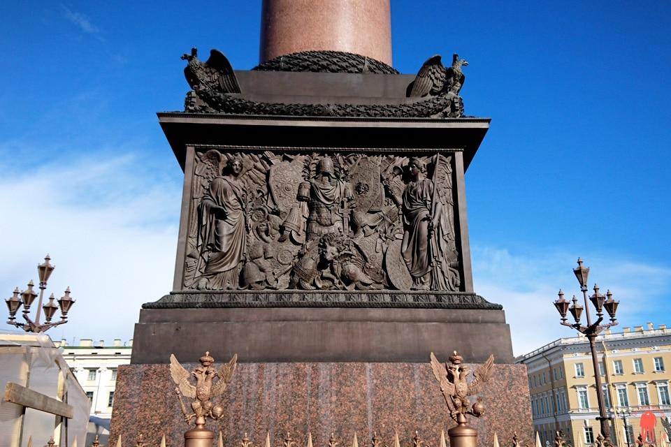 Visiter-Saint-Petersbourg-Place-du-Palais-Colonne-Alexandre-détail