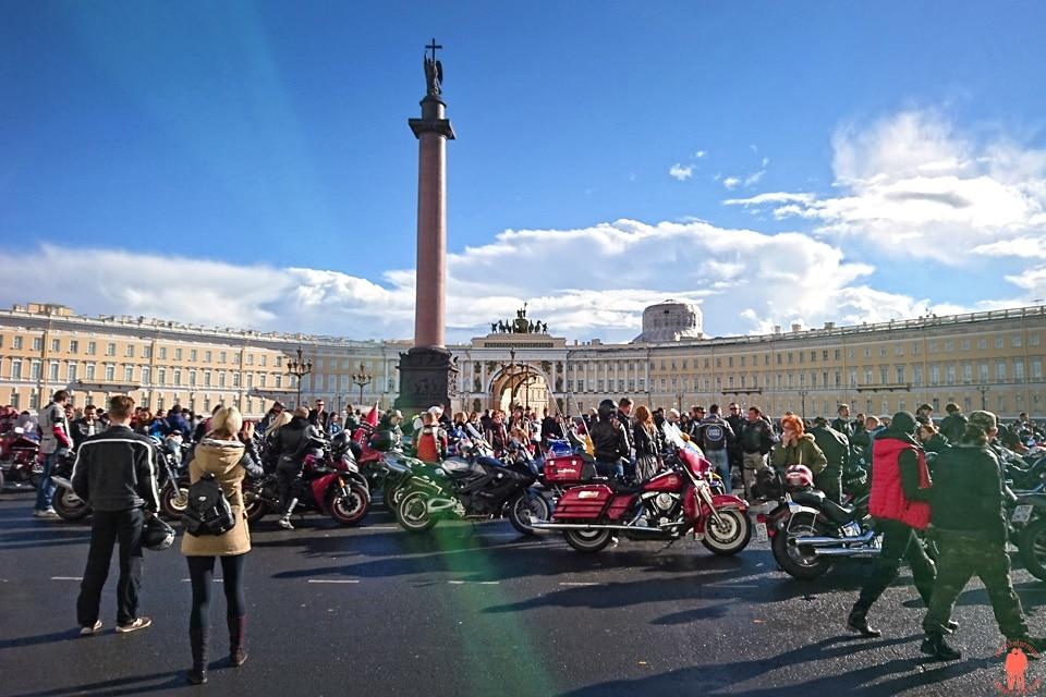 Visiter-Saint-Petersbourg-Vue-d'emsemble-grande-place-du-palais-2