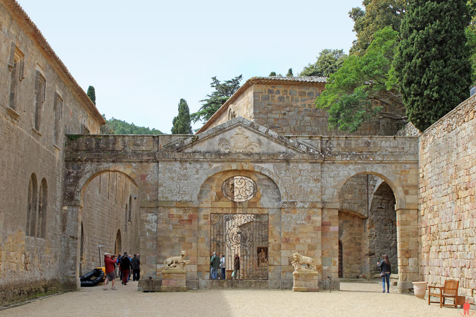 Abbaye-de-fontfroide-aude - châteaux cathares