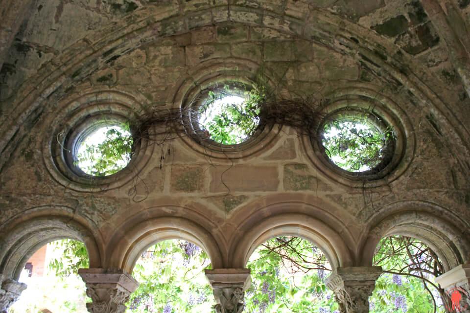 Interieur-Abbaye-de-fontfroide-Aude-pays-cathares