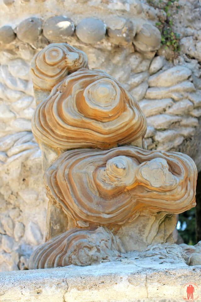 Vue d'une pierre d'achoppement au pied du Palais idéal du Facteur Cheval