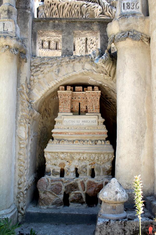 Vision d'un château du Moyen Âge par le Facteur Cheval