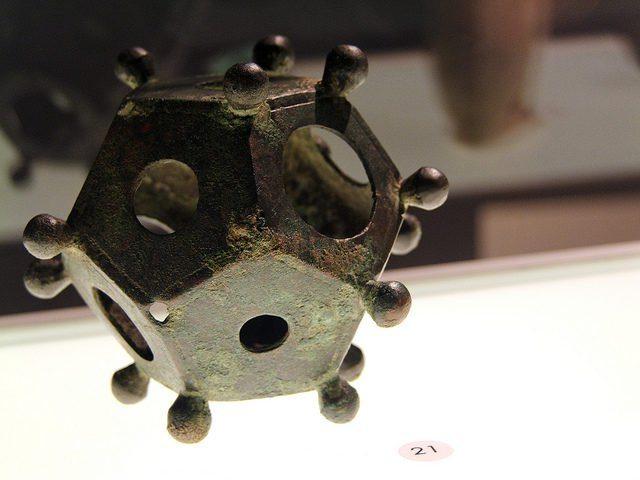 Le dodécaèdre, un objet mystérieux découvert un peu partout à travers le territoire de l'Empire romain All-throughout-Europe-small-geometric-objects-known-as-Roman-dodecahedrons-have-been-recovered.-Photo-Credit-640x480