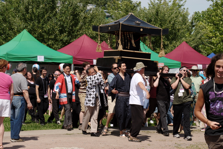 Le Matsuri s'ouvre avec le transport du Mikoshi pour purifier la terre autour d'un temple dans une fête
