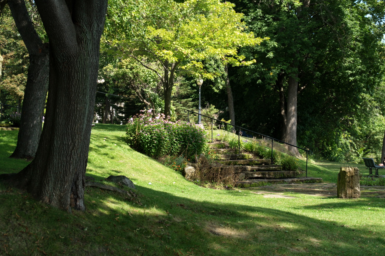 Le jardin porte le nom d'Anne Myles, mairesse de Baie d'Urfé