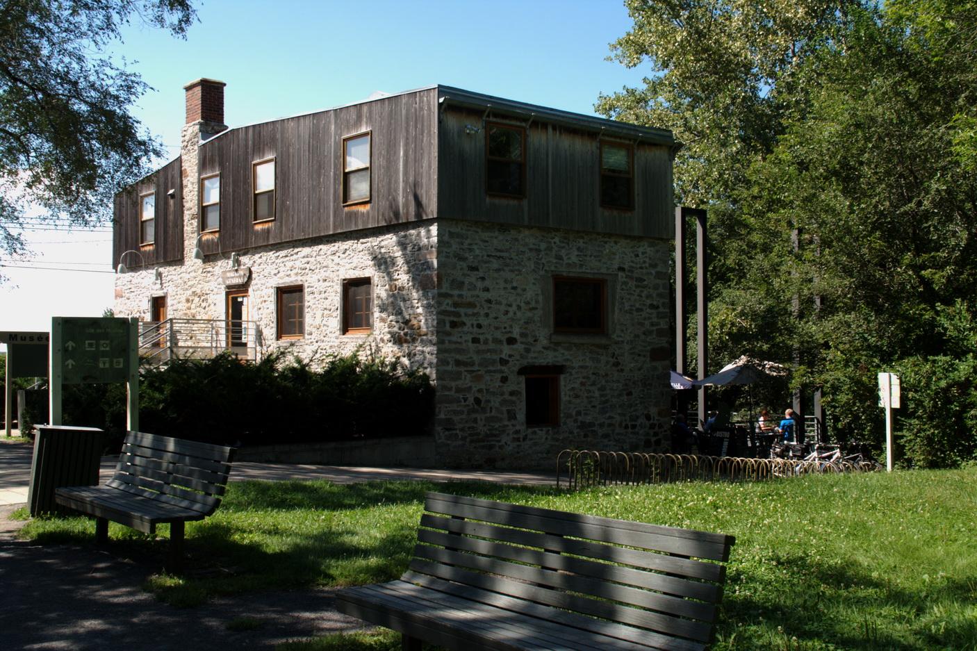 La maison du meunier derrière laquelle se trouve un bistro terrasse