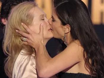 Sandra Bullock le planta un beso a Meryl Streep