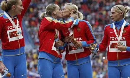 Atletas rusas se besan para protestar contra la ley homófoba en Rusia