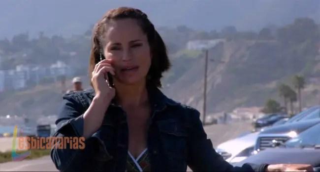 Gina intentando hablar con Richard