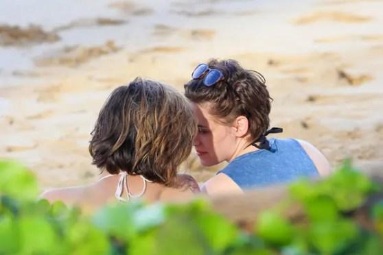Kristen-Stewart-y-Alicia-Cargile-en-la-playa