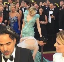 Rooney Mara ayudando a Cate Blanchett