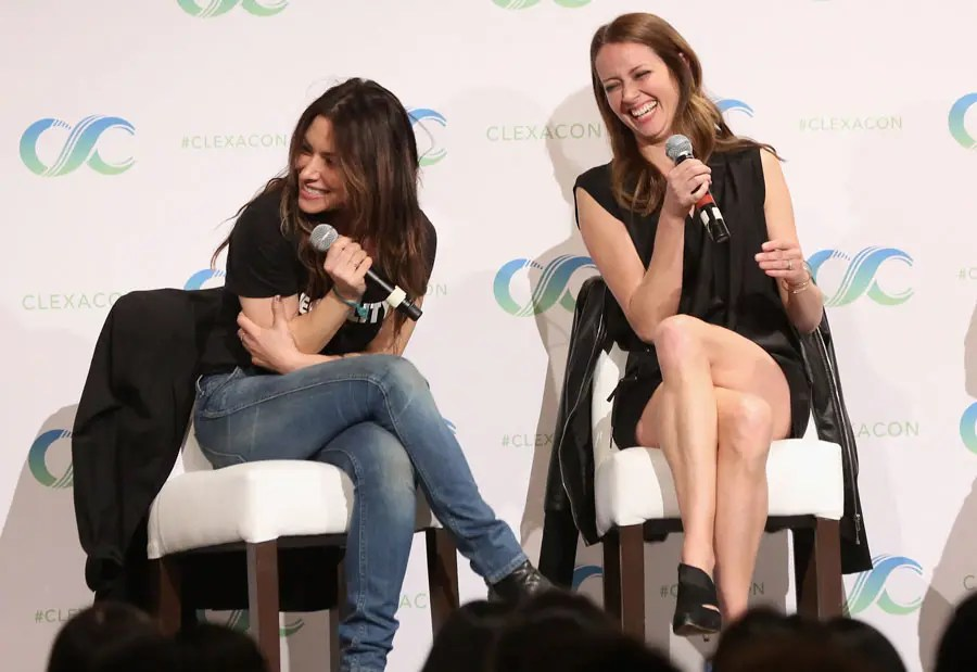 Amy Acker y Sarah Shahi riéndose