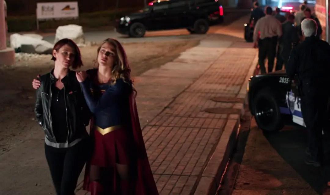 Alex y Supergirl hablando