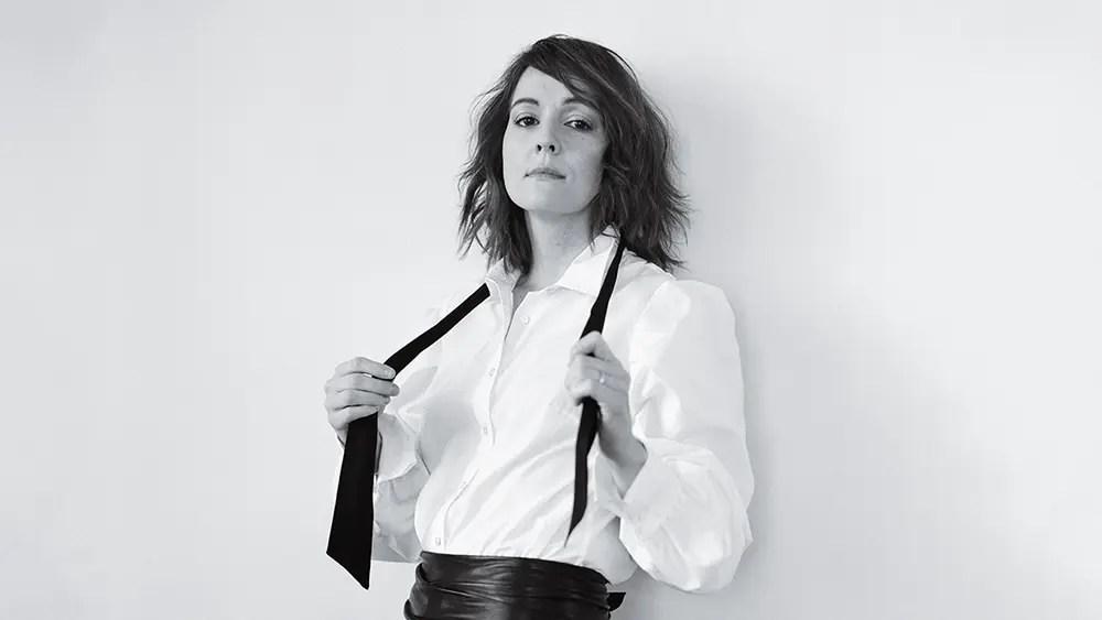 Brandi Carlile vestida de traje