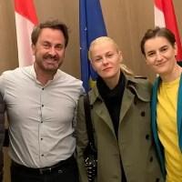 Una foto histórica: una primera ministra con su esposa y un primer ministro con su esposo