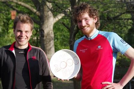 Photo commémorative de nos premiers 2000 kilomètres (petit clin d'oeil aux amis du frisbee). On remercie encore Robert pour ses talents de phgotographe!
