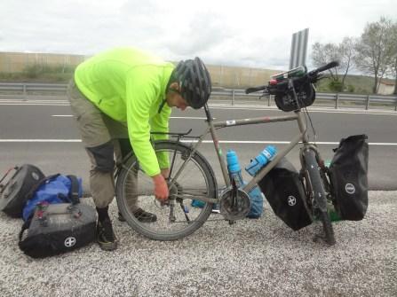 Première crevaison après plus de 4500 kilomètres, les pneus sont plutôt robustes!