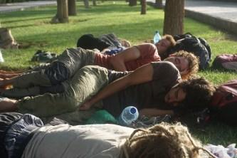 Petite sieste après un réveil matinal par un policier obtus. Obligés de ranger les tentes à 6h, on ne renonce pas pour autant au sommeil.