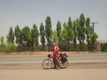 On rencontre un cyclo iranien sur la route qui nous donnera le numéro d'Alireza chez qui on logera à Téhéran. Un véritable coup de chance!