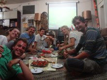 Un autre repas en compagnie de Johan, un cyclo français qui a aussi fait une bonne pause chez Ali en attente de ses visas.