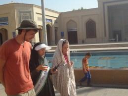 Port du chador obligatoire pour les visites des Holy Shrine.