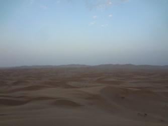 On décide de camper à l'entrée du désert de sable.