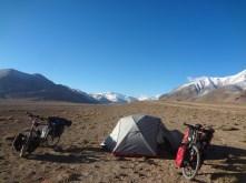 Camping au milieu des sommets enneigés.