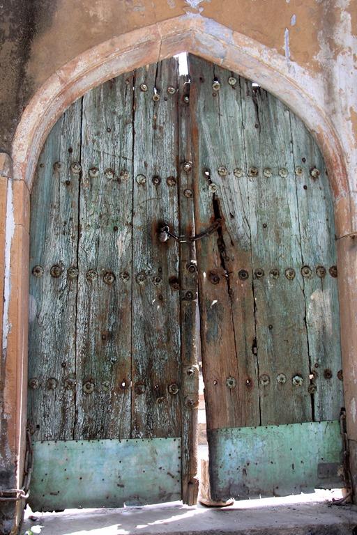 Fermeture De Porte Ancienne fermeture des portes du garage une maison la campagne barbare