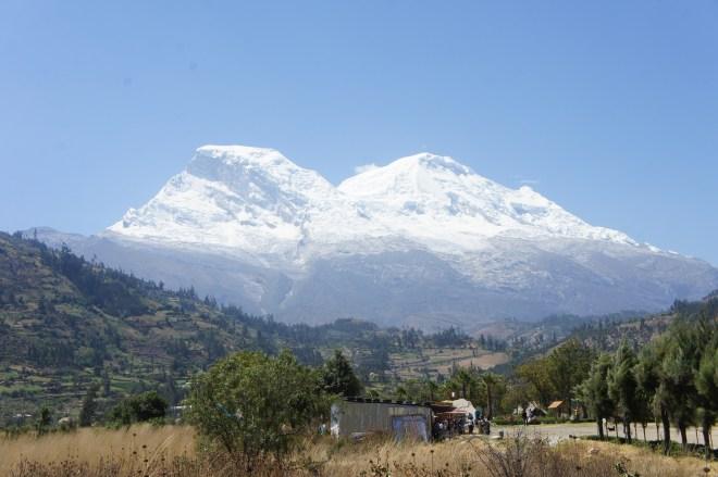 En gris clair sur le mont Huascaran la trace de ce qui a été emporté par l'avalanche est toujours présente