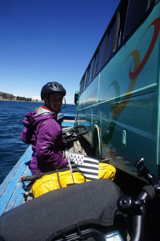 Passage du bac sur une barge avec le bus