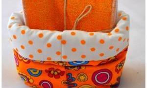Lingettes démaquillantes et panier orange à fleurs et pois