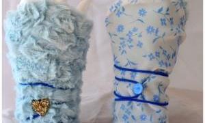 Mitaines réversibles bleues ciel et blanches à fleurs