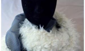 Tour de cou fourrure poils longs blancs et voile bleu petites croix
