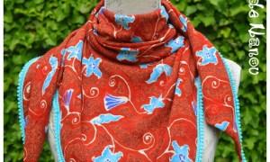 Foulard à pompons rouge et bleu