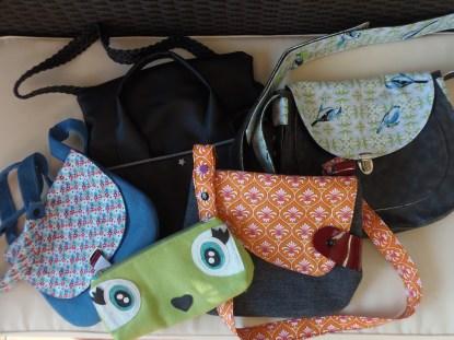 une intruse s'est cachée parmi ces sacs Mavada!!oh, la jolie coquine!