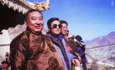 Le panchen-lama (à gauche) et Hu Jintao à sa gauche