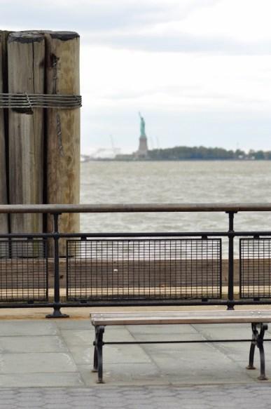 La jetée de New York et la statue de la Liberté au loin