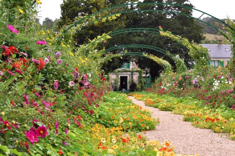 L'allée de capucines dans les jardins de Monet à Giverny