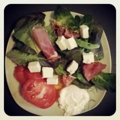 une jolie salade avec oeuf poché