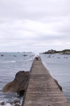 Pêcheurs devant la vague sur la jetée de Kerfiessen