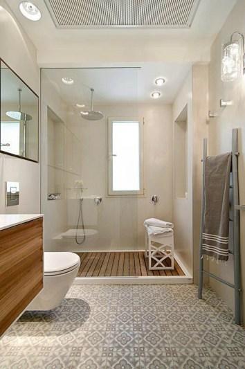 Salle de douche avec des carreaux de ciment