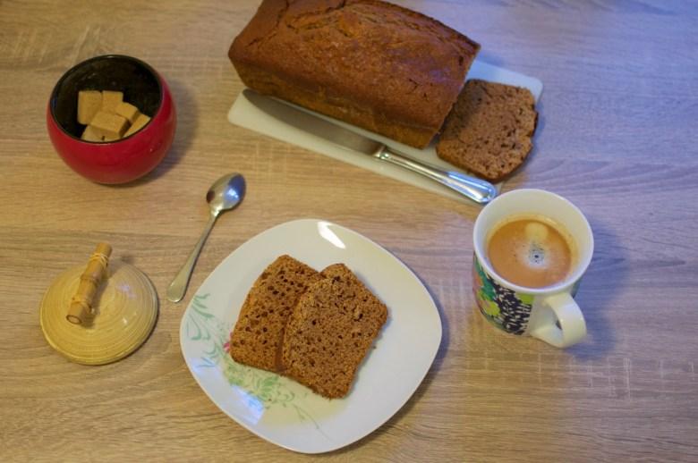 Petit déjeuner avec du pain d'épices à l'orange