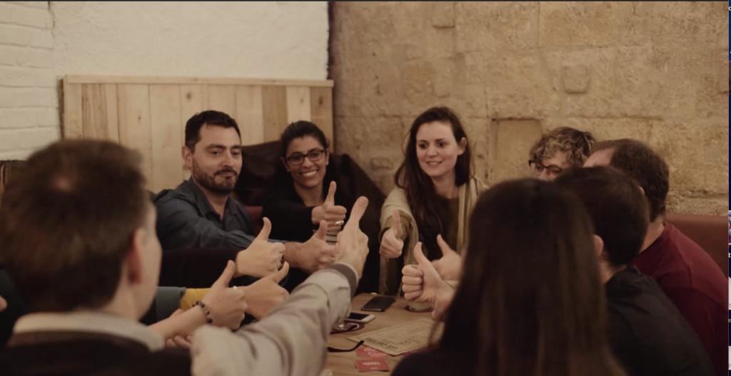 Groupe de trentenaires s'amusant chez les Castors bar à jeux Montpellier