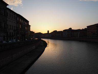 Le soleil se couche sur l'Arno à Pise
