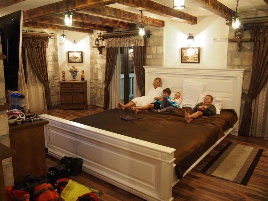 Séance cinéma dans notre petit lit (2m80 x 3m50)!