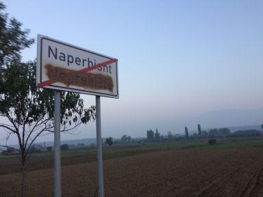 Les indications en Serbe quasi systématiquement rayées au Kosovo...
