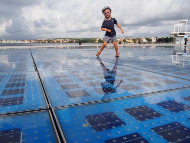 """Salutation """"photovoltaïque"""" au soleil à Zadar"""