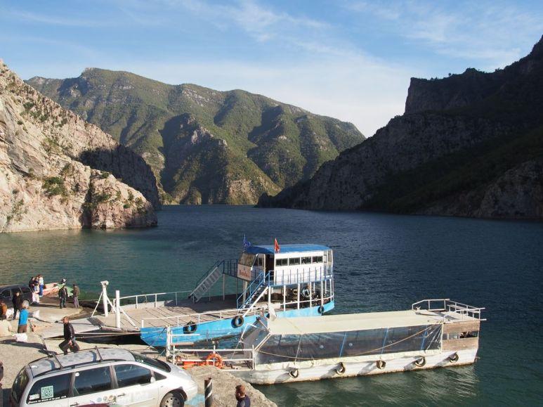 """Notre """"Ferry"""" : une barge """"maison"""" propulsée par un moteur de camion"""