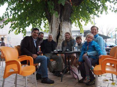 Invités au café par Farouk, hébergés par Aly !