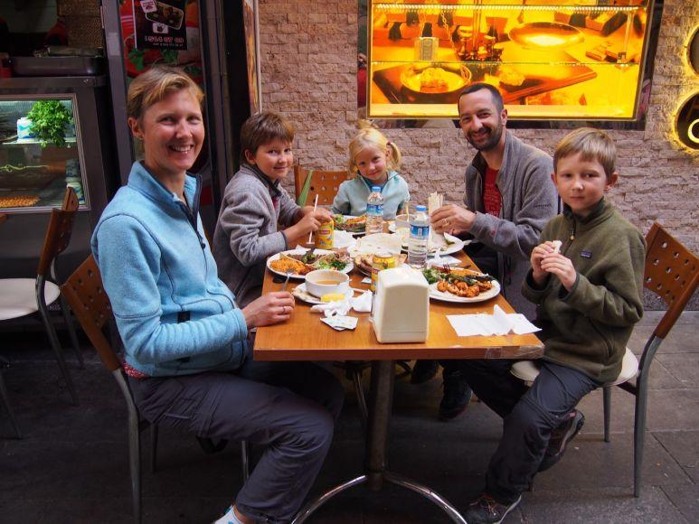 Pause-déjeuner dans les rues d'Istanbul